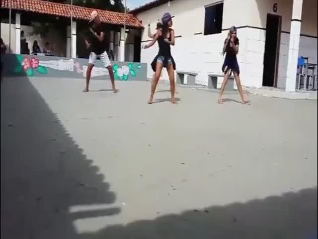 Молния испортила танцы на школьном дворе