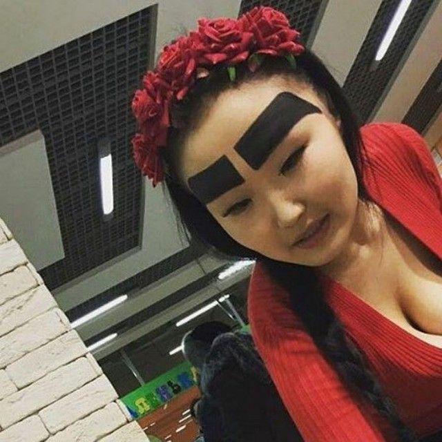 Как широкие брови принесли славу обычной девушке (5 фото)