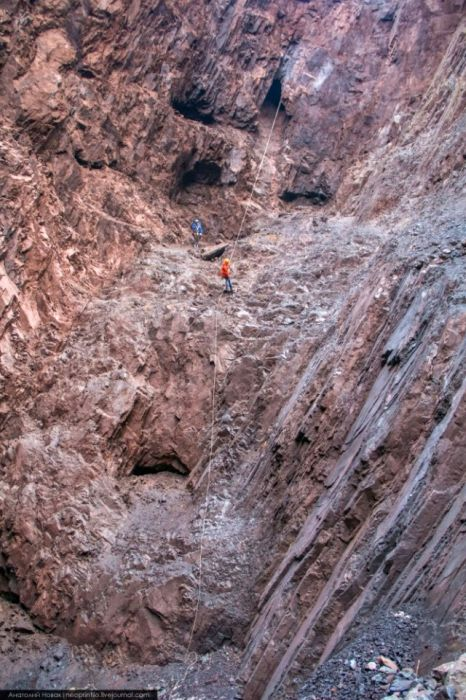 Экспедиция по воронке «Гнездо дракона» (25 фото)
