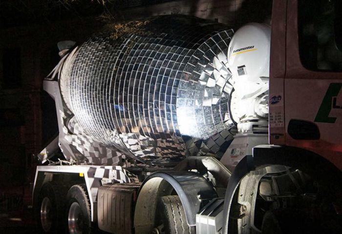 Бетономешалку превратили в огромный диско-шар (6 фото)