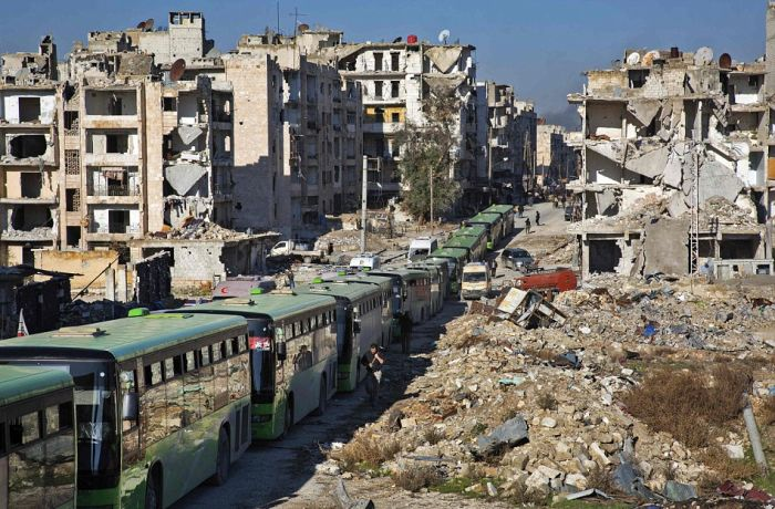 Из Алеппо потянулись колонны беженцев (11 фото)