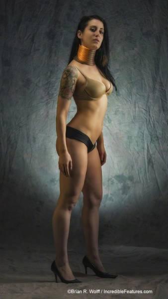 Женщина удлинила шею с помощью медных колец (25 фото)