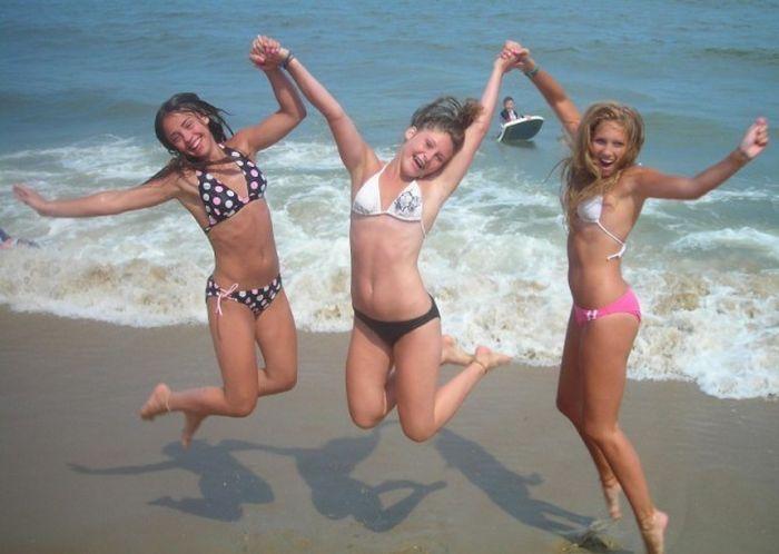 Девушки в купальниках наслаждаются лучами солнца (37 фото)