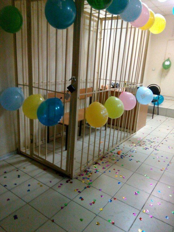 Работники суда создают праздничное настроение подсудимым (фото)