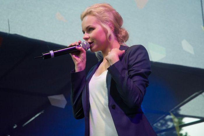 Экс-солистка «Лениграда» Алиса Вокс снялась в пикантной фотосессии (5 фото)