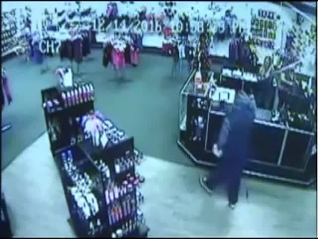 Работницы секс-шопа отбились от грабителя товаром