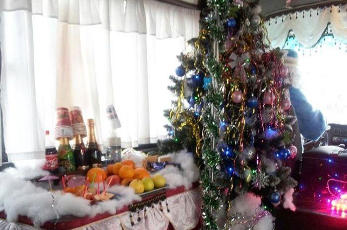 В Новороссийске второй год подряд пассажиров возит «новогодняя» маршрутка (2 фото)