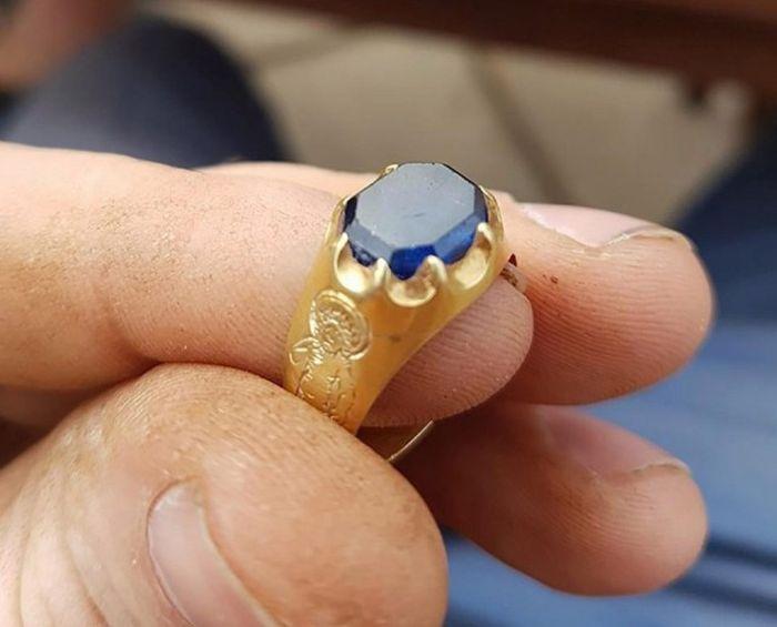 Британский кладоискатель-любитель нашел «кольцо Робина Гуда» в Шервудском лесу (4 фото)