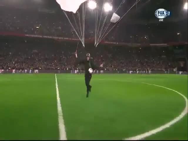 Эффектное появление мяча «Красавы» на матче в Голландии