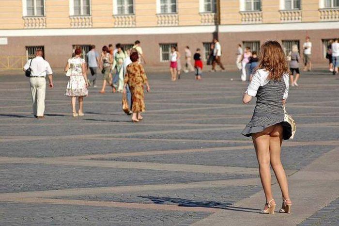 Девушки в платьях и юбках в ветреную погоду (41 фото)