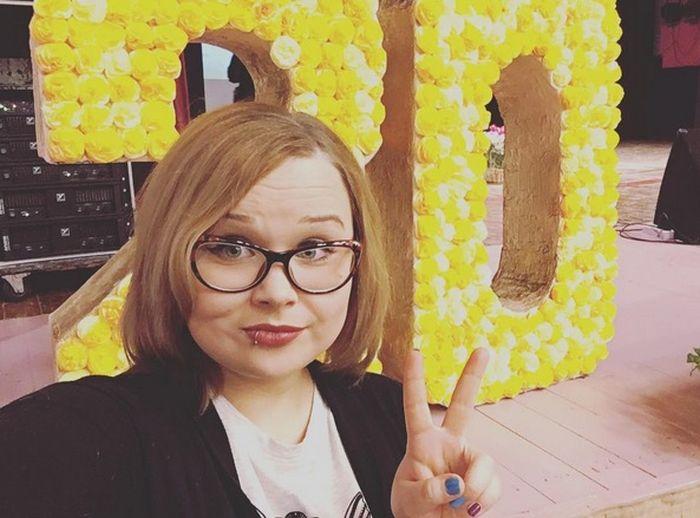 Учительницу вокала из Красноярска уволили за пирсинг и фото в соцсетях (4 фото)