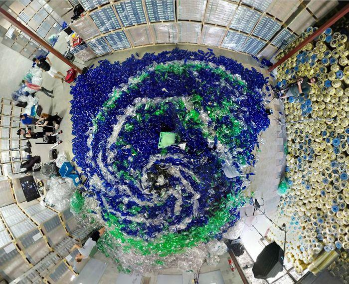 Русалки в море из 10 000 пластиковых бутылок (7 фото)