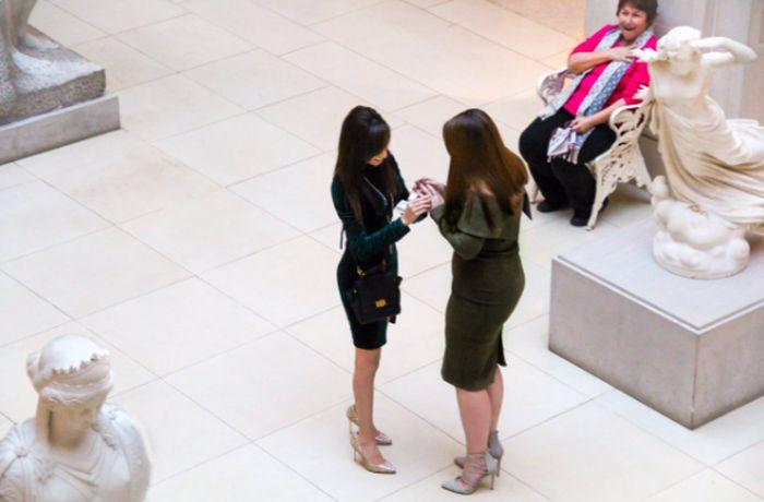 Реакция женщины, ставшей свидетельницей не совсем обычного предложения руки и сердца (2 фото)