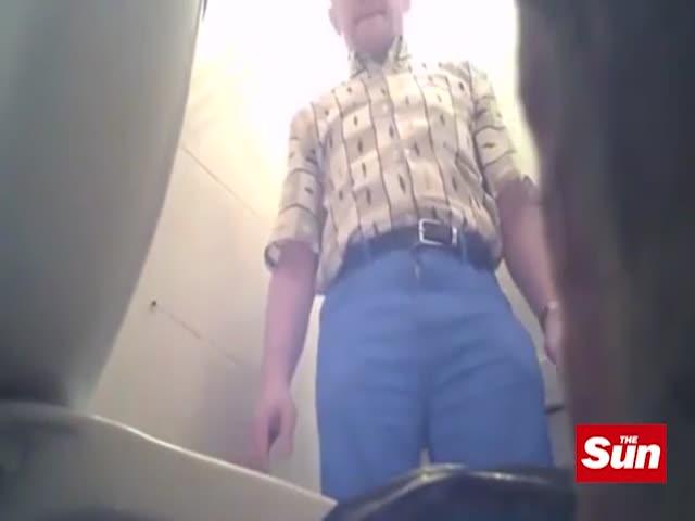 Мужчина установил скрытую камеру в туалете