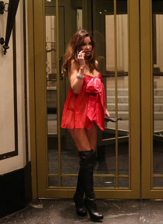 Модель Алишия Даувалл выбрала не самый строгий наряд для вечеринки (6 фото)