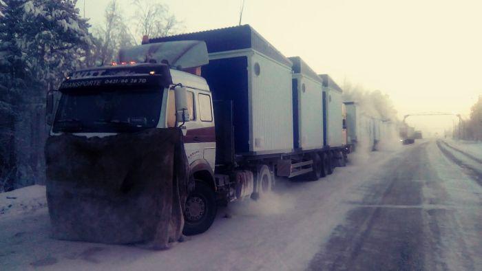 Под Ноябрьском из-за сильных морозов застряли десятки дальнобойщиков (6 фото)