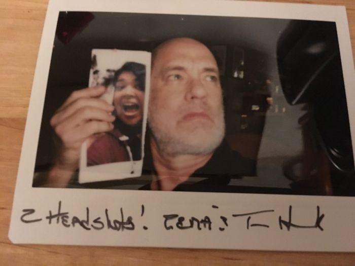 Том Хэнкс сделал селфи с фото поклонницы и помог ей выиграть спор (2 фото)