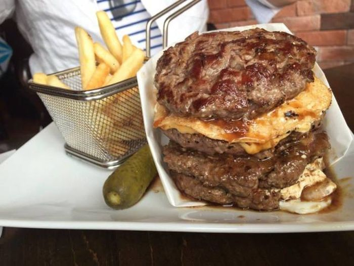 Гамбургер без булочек стал новым хитом в Японии (10 фото)
