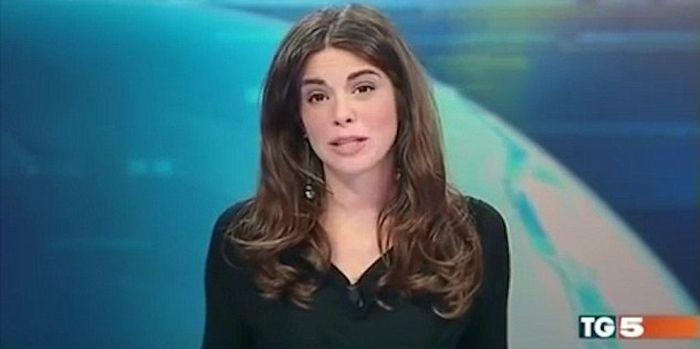 Итальянская телеведущая добавила изюминку в выпуск новостей (4 фото)