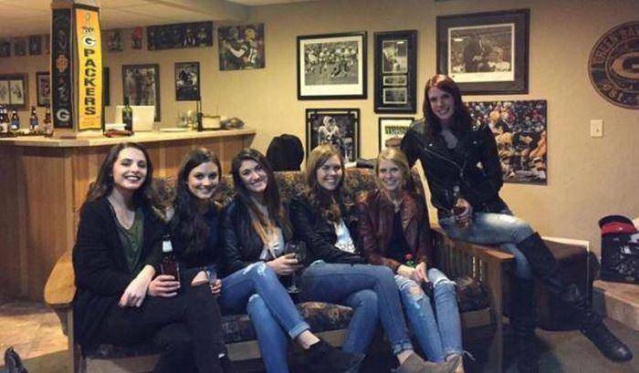 6 девушек и всего лишь 5 пар ног (3 фото)
