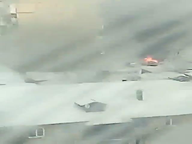 Тракторист спешит на помощь горящему авто