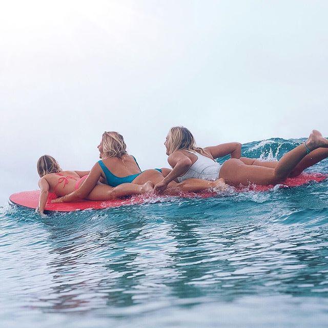 Сестры-серфингистки Элли-Джин и Холли-Сью Коффи покорили сеть фото в бикини (44 фото)