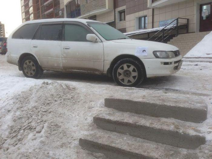 Водитель объяснил причину неправильной парковки (2 фото)