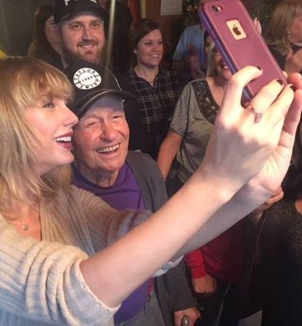 Тейлор Свифт спела на рождественской вечеринке своего 96-летнего поклонника (3 фото + 2 видео)