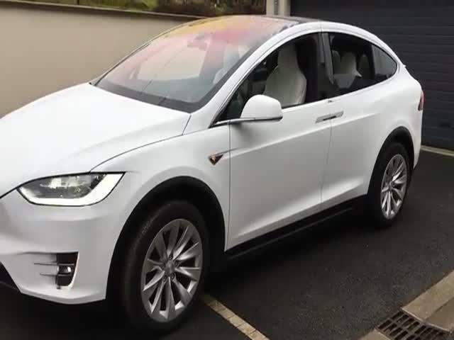 Рождественская прошивка электромобиля Tesla Model X