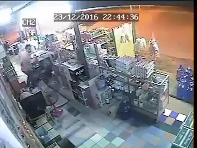 В Таиланде продавец магазина чудом спасся