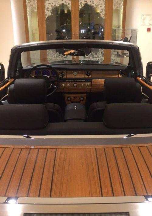 В Санкт-Петербурге мужчина со львенком купил Rolls-Royce (3 фото)