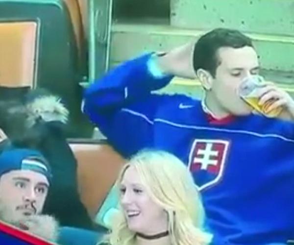 Болельщик поцеловал стакан с пивом вместо девушки