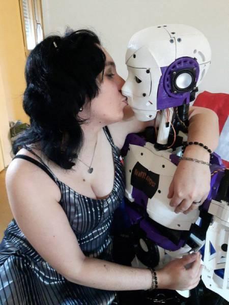 Француженка намерена узаконить свои отношения с роботом (7 фото)