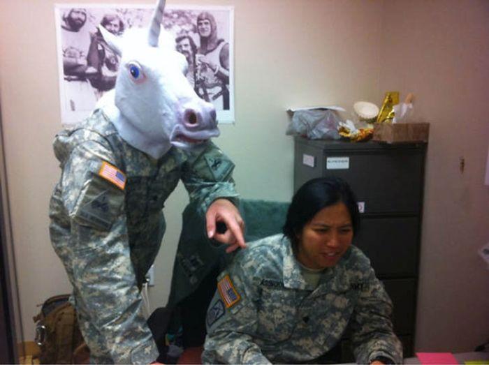 Военнослужащие развлекаются (34 фото)