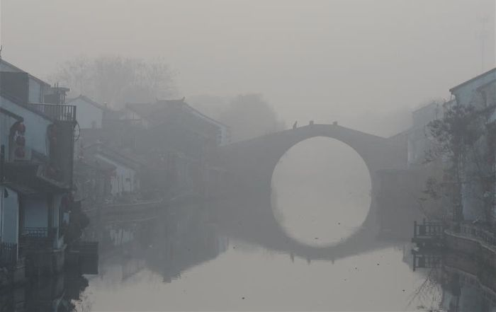 В Китае из-за смога впервые объявили наивысший «красный» уровень опасности (9 фото)