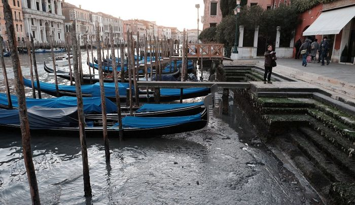 Из-за сильного отлива Венеция осталась без воды (11 фото)