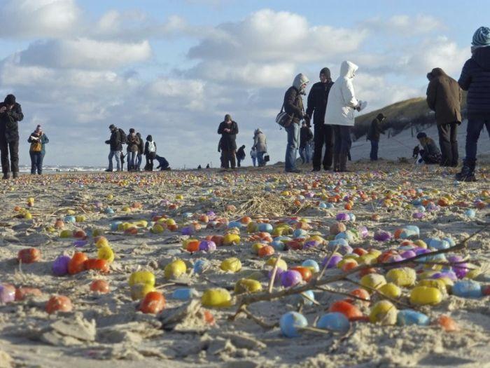 Побережье немецкого острова Лангеоог засыпало «киндер-сюрпризами» (9 фото)