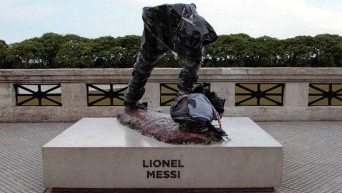 В Буэнос-Айресе вандалы спилили часть памятника Лионелю Месси (2 фото)