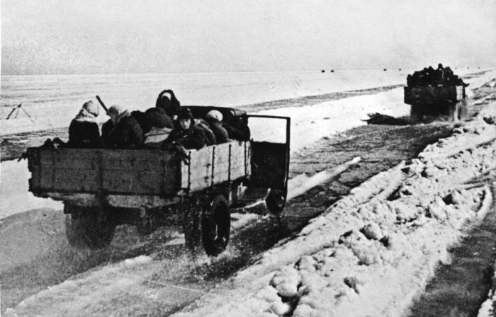 Подвиг советского шофера Максима Твердохлеба (2 фото)