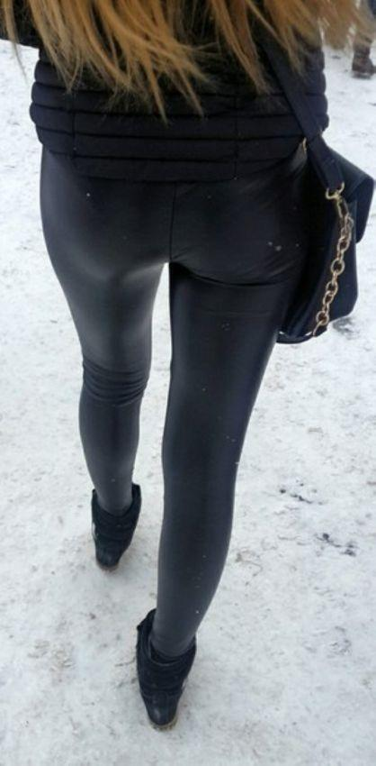 Девушки в лосинах и других обтягивающих штанах (16 фото)