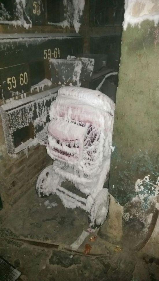 Ледяной подъезд общежития в Республике Коми (3 фото)