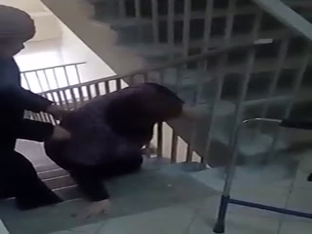 Пожилая женщина со сломанной ногой ползком передвигается по поликлинике