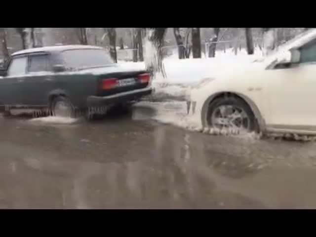 В Воронеже 10 автомобилей вмерзли в лед