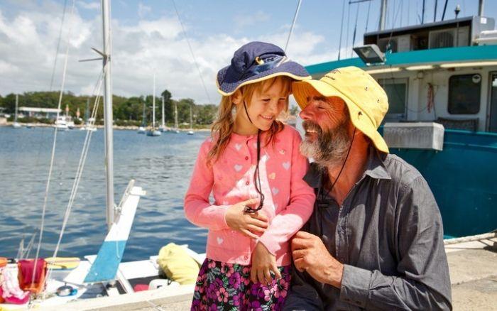 Новозеландец с дочерью 27 дней дрейфовали в море на сломанном катамаране (2 фото)