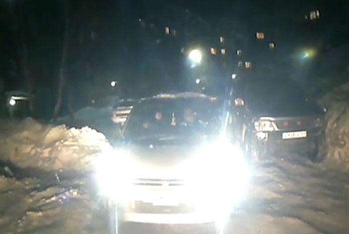 В Петропавловске-Камчатском не пропустили скорую помощь, спешившую к умирающему человеку (фото + видео)