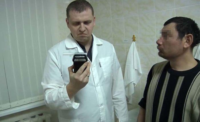 Первый посетитель челябинского вытрезвителя сломал алкотестер (4 фото + видео)