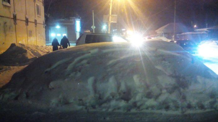 В Омске с сугроба стерли лозунг в поддержку мэра, оставив сам сугроб на месте (2 фото)