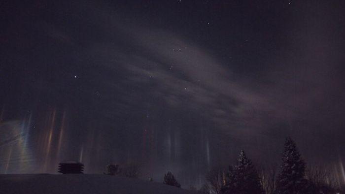 В Канаде редкое природное явление привело к появлению «световых столбов» (5 фото)