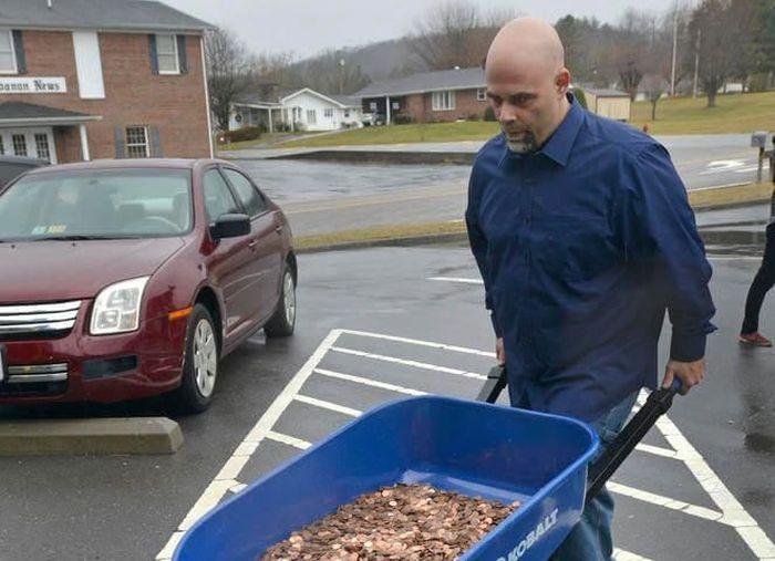 Американец проучил чиновников, выплатив налог 5 тачками монет (3 фото)