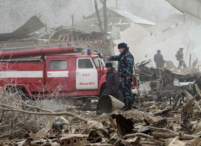 В Киргизии под Бишкеком грузовой самолет упал на жилой поселок (7 фото + 2 видео)